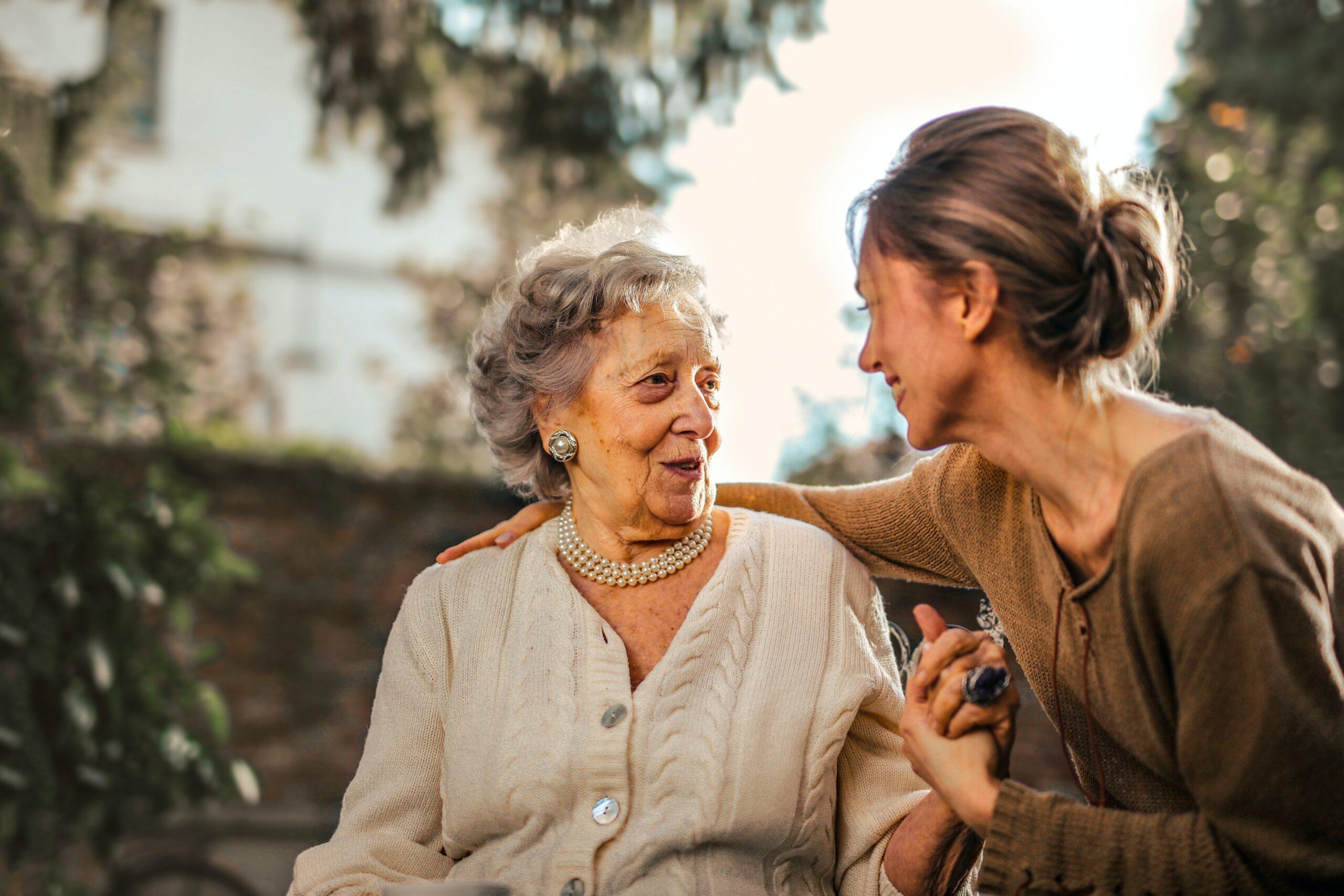 personnes âgées et jeunes