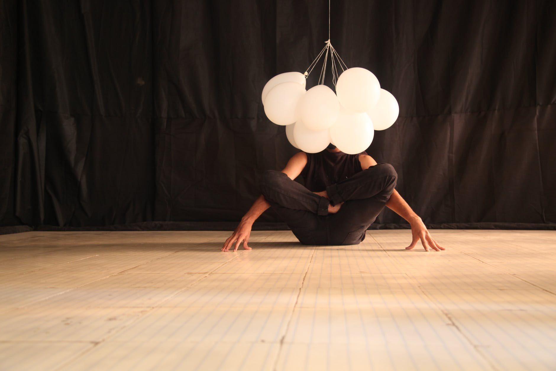 danseuse avec des ballons blancs