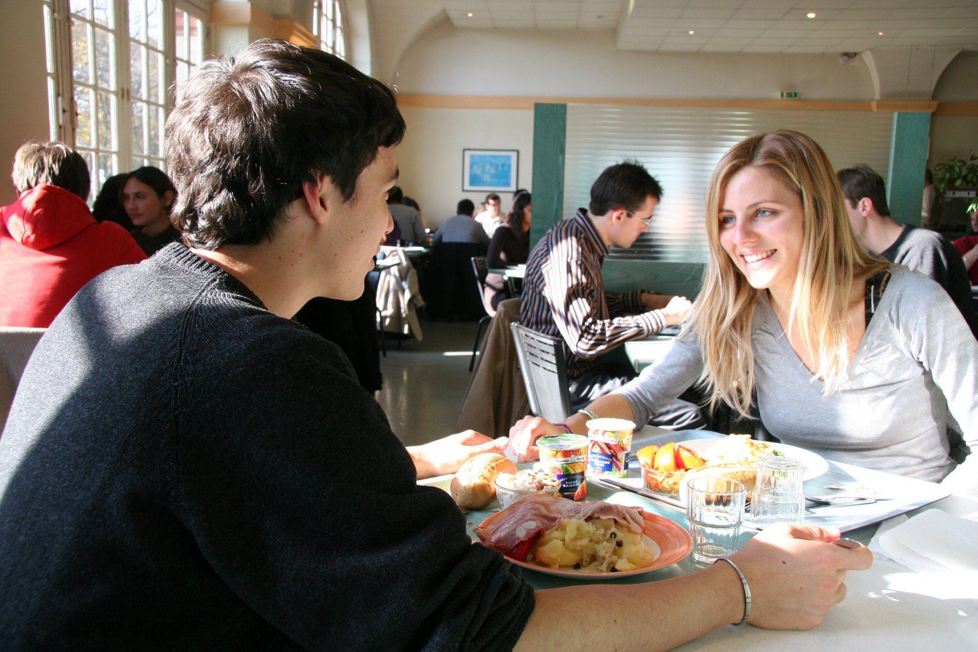 étudiants qui prennent un repas