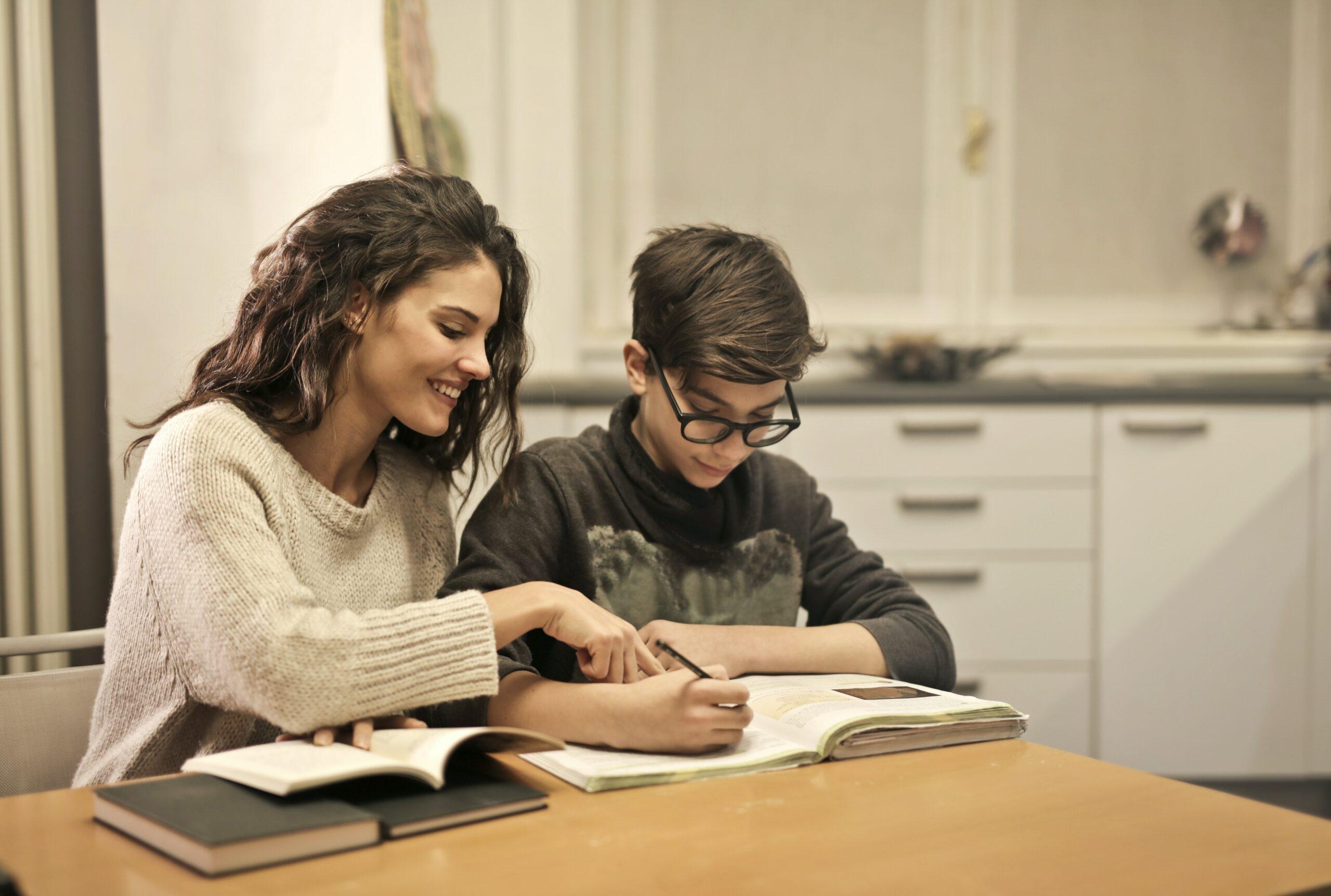 Etudiante et enfant pour un cours de soutien scolaire